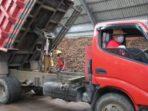Olly menyetir dump truk berwarna merah hingga ke Bitung