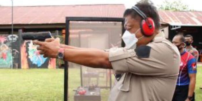 Gubernur Olly ikut latihan menembak