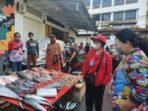 Ibu Rita Tamuntuan belanja ke Pasar Lililoyor