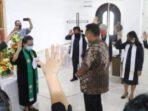 Ketua BPMJ Pdt Deesje Pelealu Wowiling dan para pelayan khusus mendoakan kepemimpinan Gubernur Olly