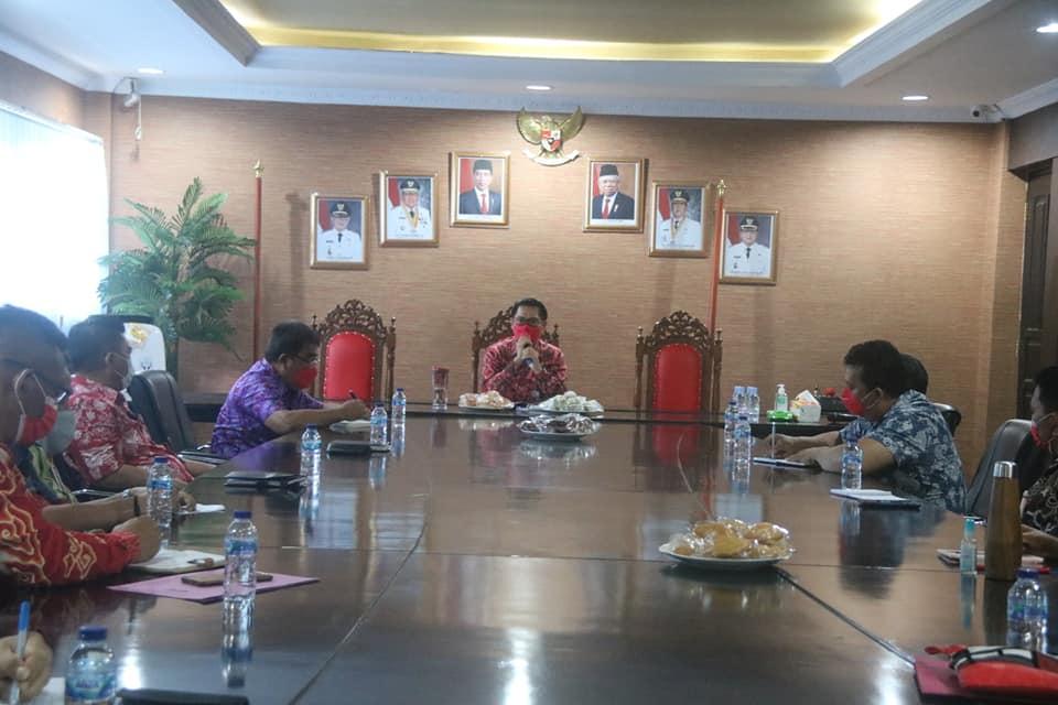 Bupati Joune JE Ganda SE, memimpin rapat sejumlah perangkat daerah, dalam rangka pelaksanaan kegiatan pembangunan fisik tahun 2021.