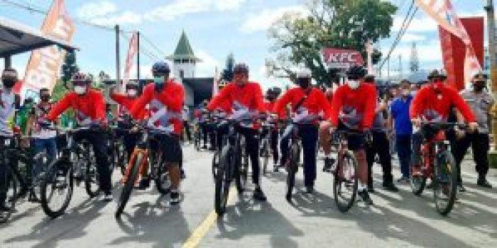 Gubernur Sulawesi Utara Olly Dondokambey bersama Wakil Gubernur Steven O.E. Kandouw dan jajaran Forkopimda Sulut mengikuti kegiatan fun bike sekaligus penebaran benih ikan di Danau Tondano