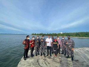 Gubernur Sulawesi Utara Olly Dondokambey bersama Wakil Kepala Staf Angkatan Laut (Wakasal) Laksamana Madya TNI Ahmadi Heri Purwono meninjau lokasi rencana pembangunan Sekolah TNI Angkatan Laut di Likupang