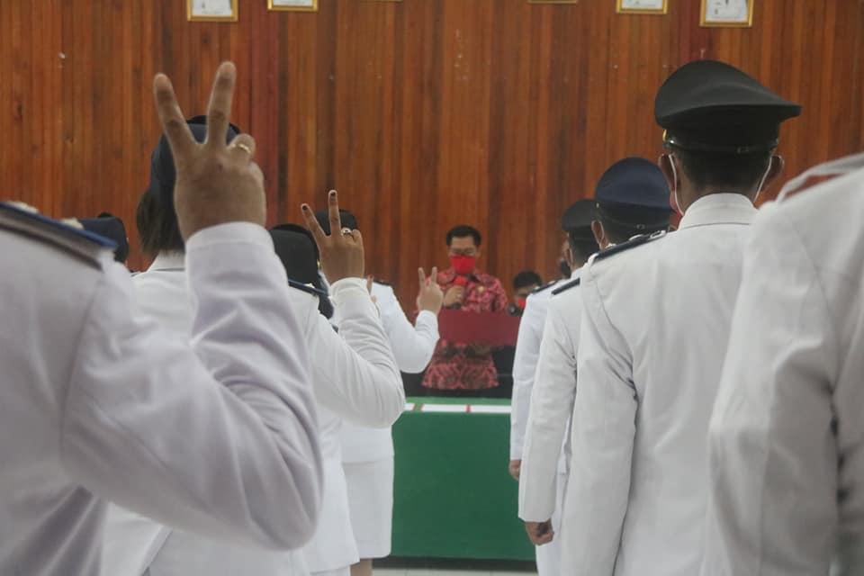 Bupati Joune Ganda telah melaksanakan prosesi pengambilan sumpah jabatan dan pelantikan 48 Pelaksana Tugas (Plt) kepala desa (Hukum Tua) se-Minut