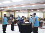 Seluruh Panitia, peserta, dan orang tua peserta seleksi Penerimaan Terpadu Anggota Polri TA 2021 (Bintara dan Tamtama), mengikuti pengambilan sumpah dan penandatanganan pakta integritas di Polda Sulawesi Utara.