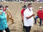 Gubernur Olly dan istri mengawali kunjungannya di Desa Makaroyen Kecamatan Modoinding