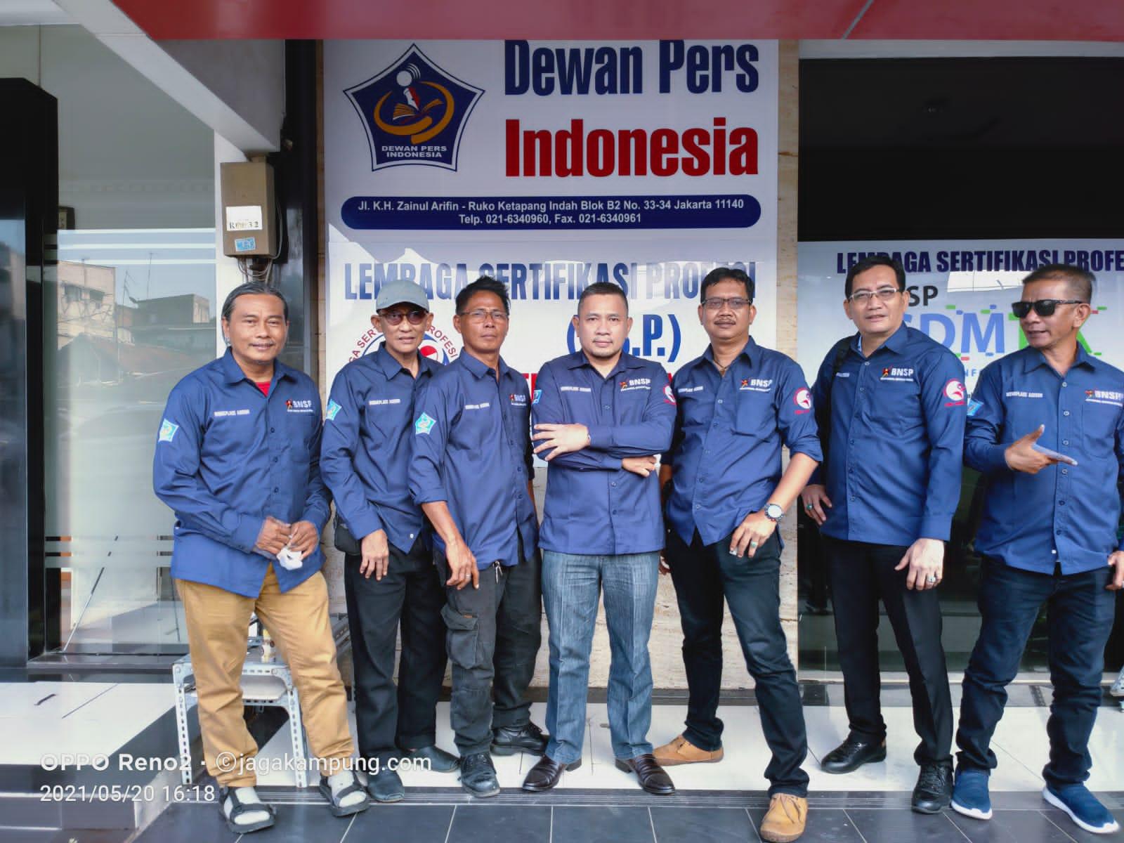 Heintje Mandagi, di tengah, diapit para asesor kompetensi wartawan LSP Pers Indonesia