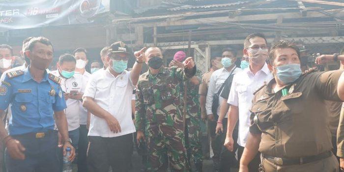 Walikota Bitung Ir Maurits Mantiri dan Wakil Walikota Hengki Honandar langsung mendatangi lokasi kebakaran di wilayah kompleks Pasar Tua