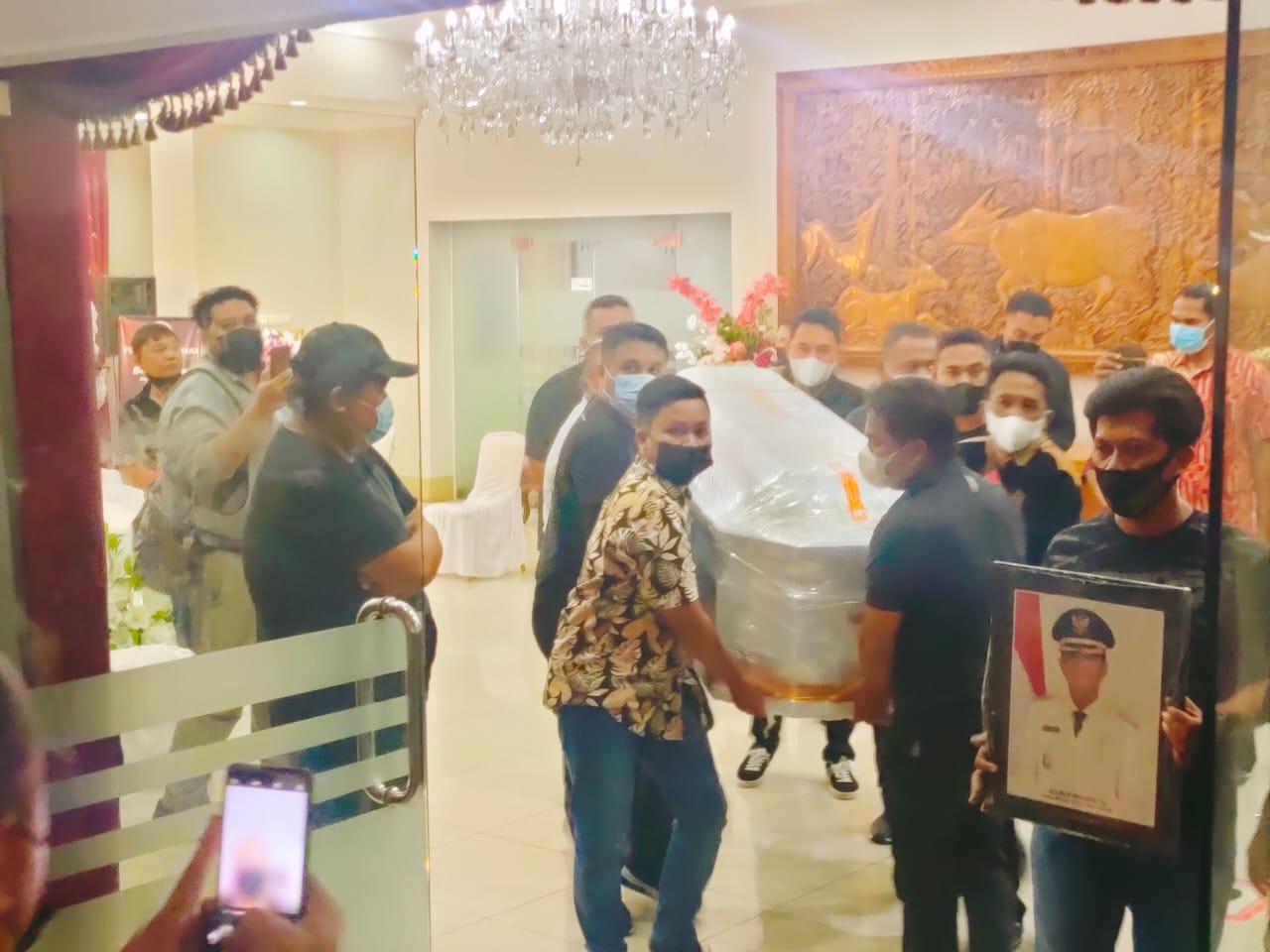 Wagub Kandouw Jemput Jenazah (Alm) Helmud Hontong di Bandara Sam Ratulangi