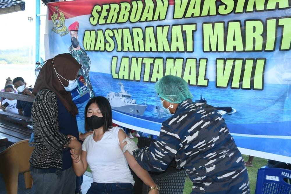 Danlantamal VIII Pantau Serbuan Vaksinasi di Desa Pesisir